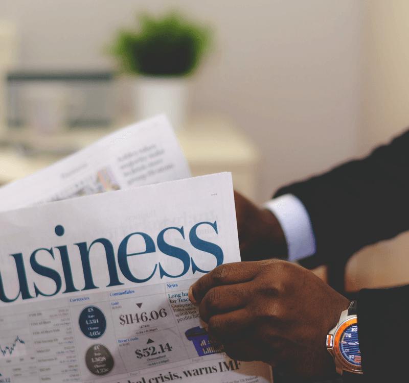 Mann liest Business Zeitung