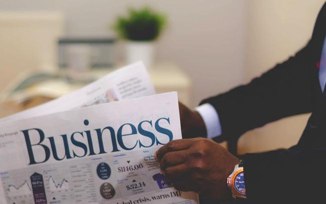 Jobwahl: Mann liest Zeitung