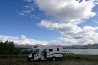 Camper steht am See