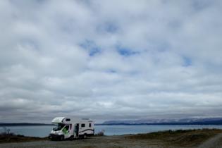 Camper steht am Lake Pukaki