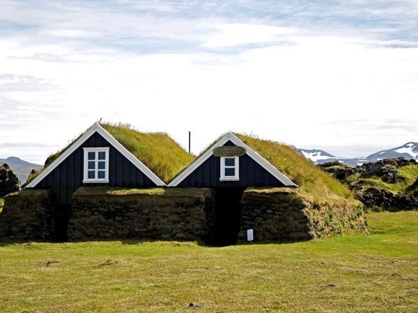 Ein Gras-bedecktes Haus im Snæfellsjökull National Park