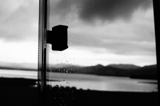 Schwarz weisser Regen über dem See