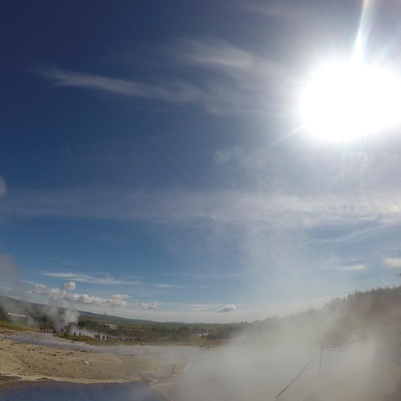 Der Geysir Strokkur - wenige Meter neben dem großen Geysir