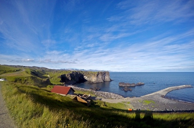 Blick über eine kleine Bucht am Hellner im Snæfellsjökull National Park