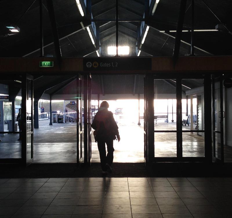 Jemand verlässt das Gate - Checkliste für die Reiseplanung