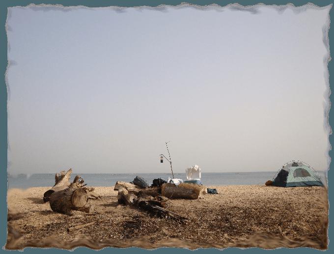 Ein Zelt und Lagerfeuer in Japan am Meer