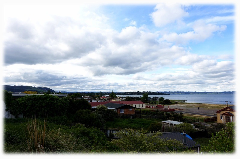 Blick auf den Rotorua Lake und ein Maori Stadtteil