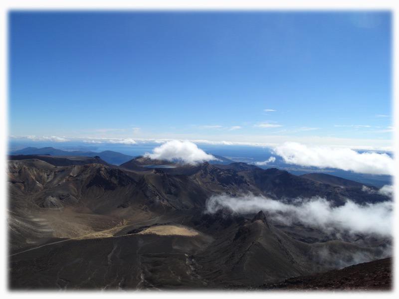 Blick über Vulkanspitzen beim Tongariro Crossing