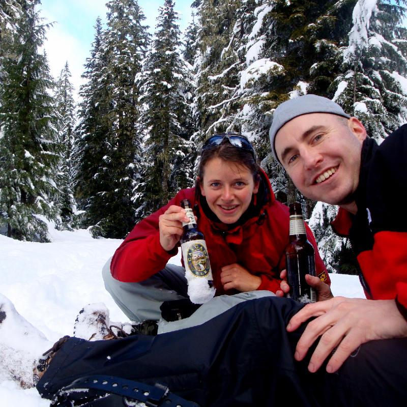 Wir geniessen ein Bier im Schnee