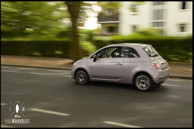 Ein fahrendes Auto als Mitzieher fotografiert