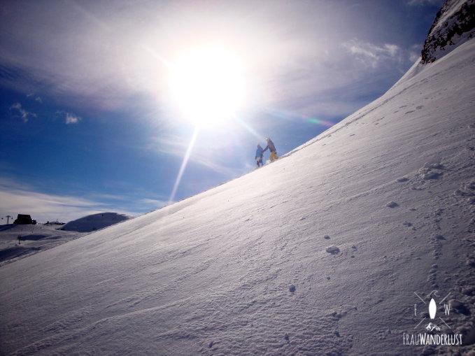 Wir stehen am Hang im Winter