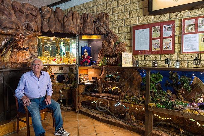 Worms, Hotel Boos, Peter Boos in seinem privaten Nibelungenmuseum vor dem Nibelungenschatz