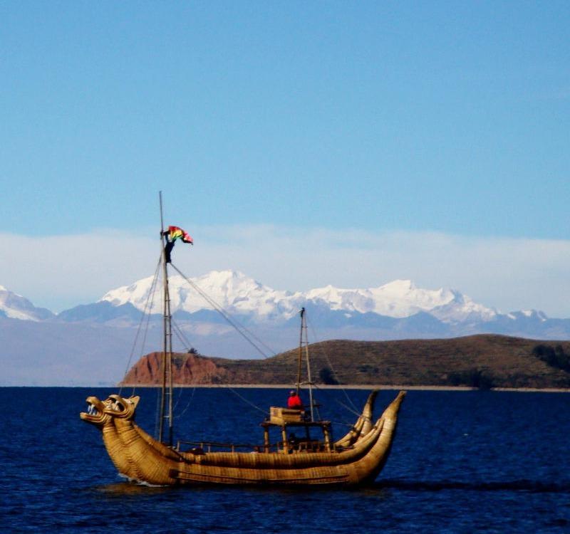 Ein Boot auf dem dem See und Berge im Hintergrund