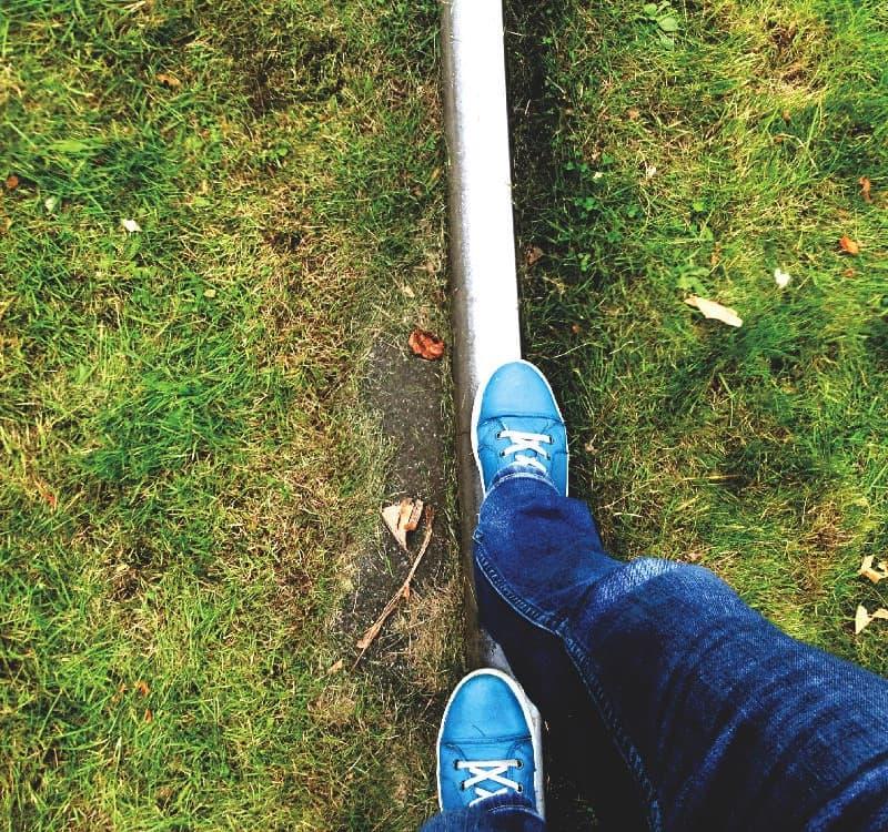 Ich balanciere auf einer Schiene