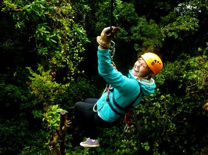 Carla beim abseilen im Wald