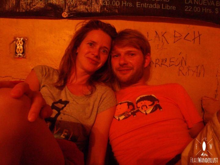 Weltreise erprobtes Paar sitzt in einer Bar