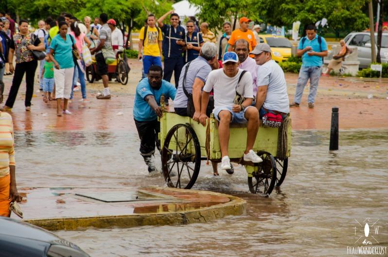 Cartagena: Schubkarre im Hochwasser