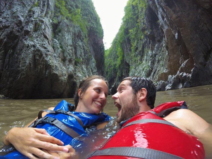 Reisen, Chris und Marie im Wasser