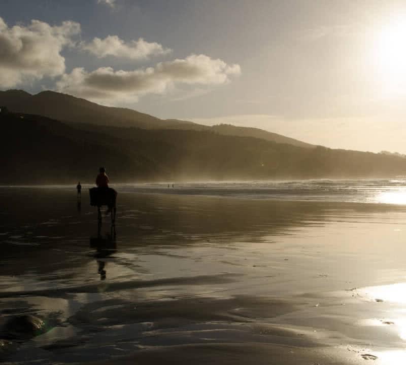 Unbezahlter Urlaub am Strand im Sonnenuntergang