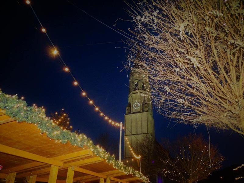Weihnachtsmarkt mit schönem Lichterspiel