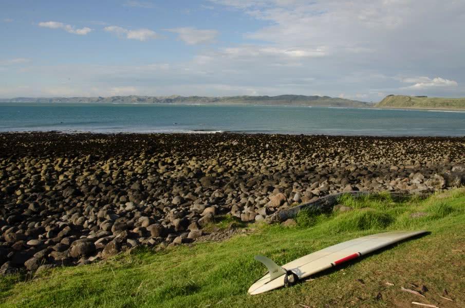 Surfen in Neuseeland: Board am Meer