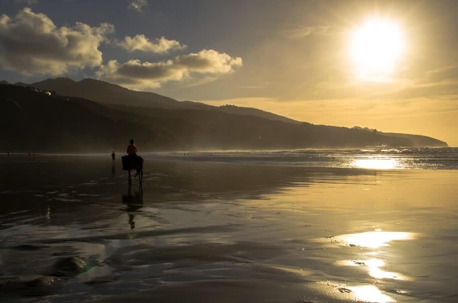 Surfen in Neuseeland: Sonnenuntergang in Raglan