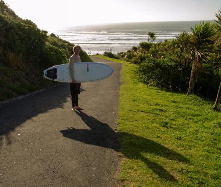 Surfen in Neuseeland: Waldemar auf dem Weg ins Wasser