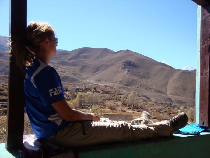 Ich sitze in den Bergen Nepals