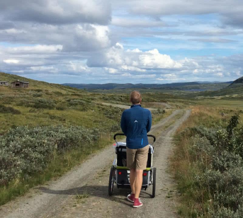 Papa läuft mit Sohn durch die schöne Landschaft