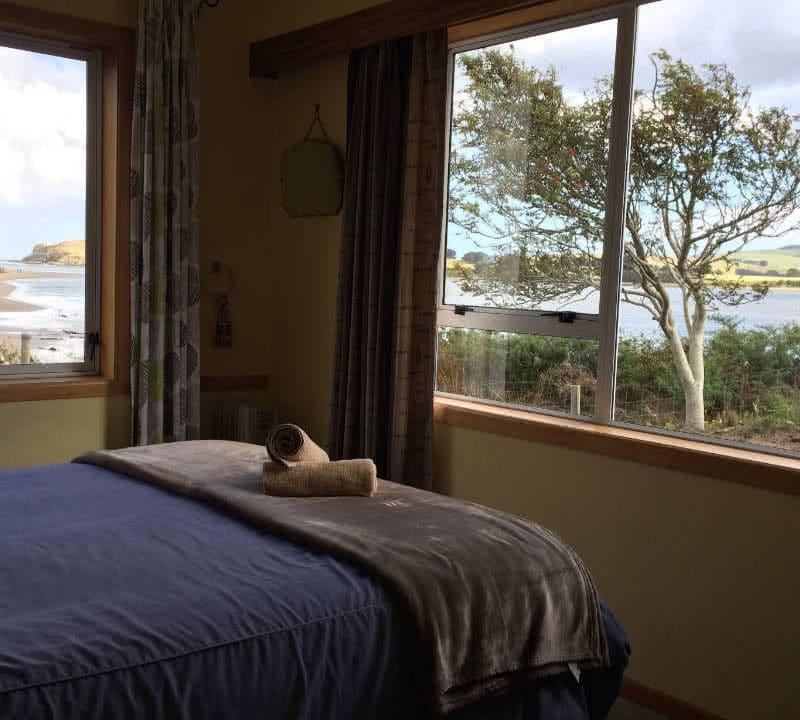 Morgenroutinen: hier ein gemütliches Bett mit Blick aufs Wasser