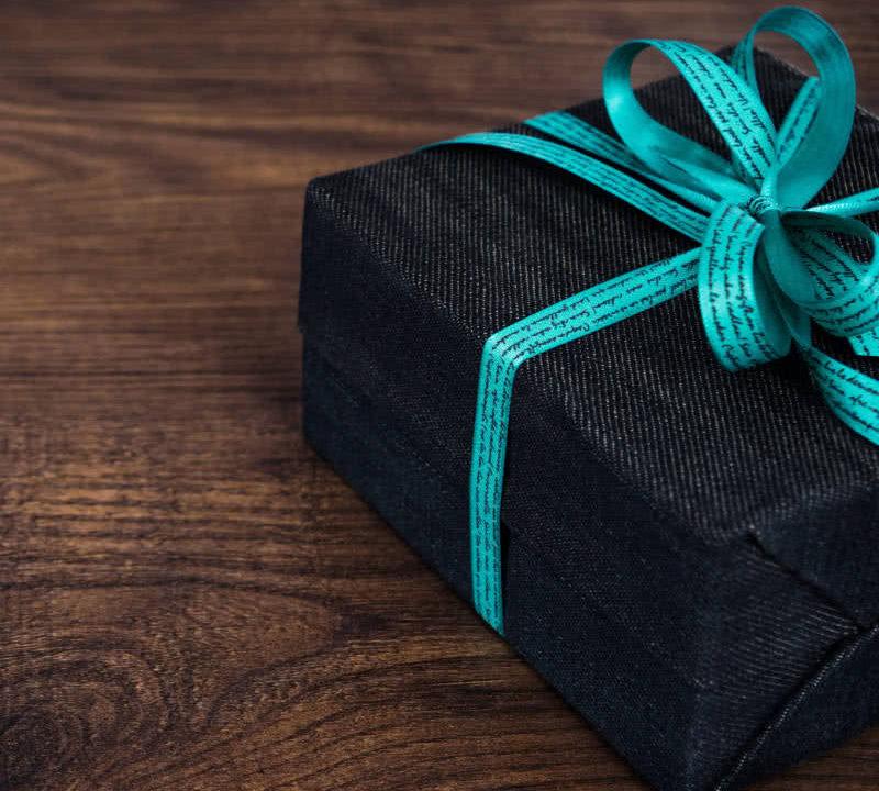 Geschenkideen für Reisende: Ein Paket liegt auf dem Tisch